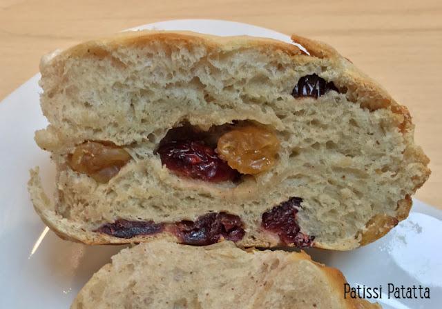 hot cross buns, buns anglais, pains anglais, petits pains sucrés, buns aux fruits secs, pains aux fruits secs, pains de Pâques, cuisine britannique,