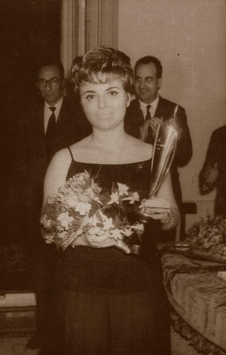 Puget con el trofeo de subcampeona, Barcelona 1961