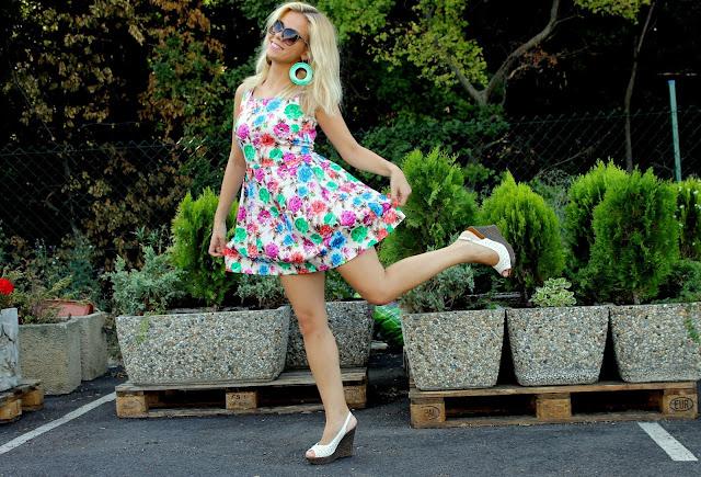 K romantickým a rôznofarebným šatám sa hodia len jednoduché topánky jednej  farby (ako aj doplnky). Ak by ste volili dvojfarebné topánky 71bec0c2be6