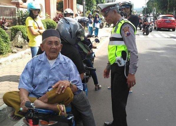 Kakek Legend Wonosobo yang Viral karena Gaya Boncengannya Kini Kena Tilang Polisi