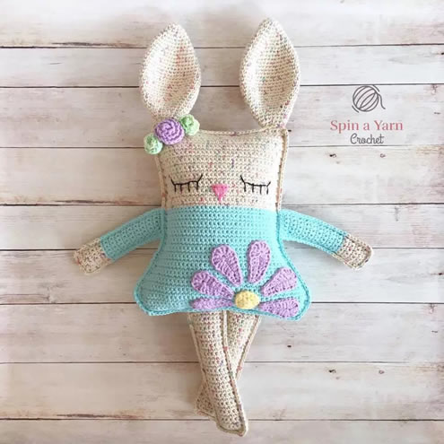 Crochet bunnies, crochet pattern (photo and pattern by Spin a Yarn Crochet) | Happy in Red