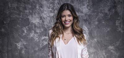 Vitória Strada posa nos bastidores da Globo
