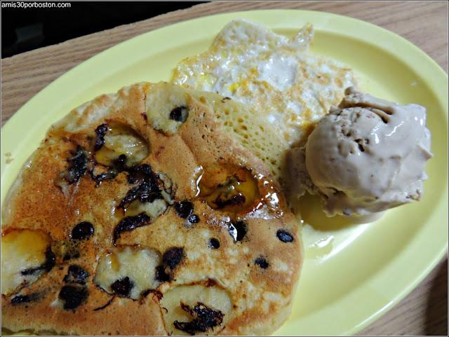 Tortita de Plátano y Pepitas de Chocolate con Huevo Frito y Helado de Sirope de Arce y Beicon