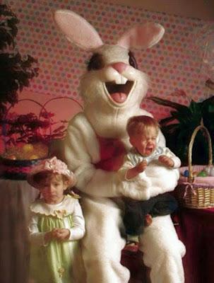 Lustiges Familienfoto an Ostern Kind schreit