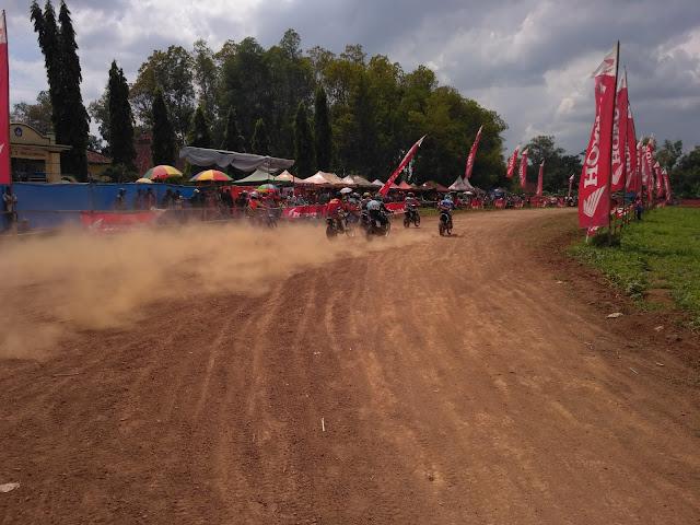 Hari Kedua Balap Motor Super Grasstrack Wonosari CUP, Penonton Membludak