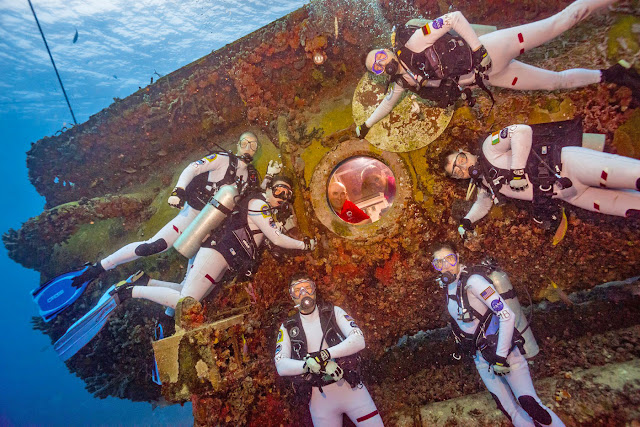 'Phi hành đoàn' sứ mệnh NEEMO21 trong một khu thí nghiệm dưới đáy biển. Credit: NASA NEEMO.