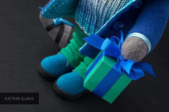 Игрушка ручной работы - енот в сине-голубом пальто.
