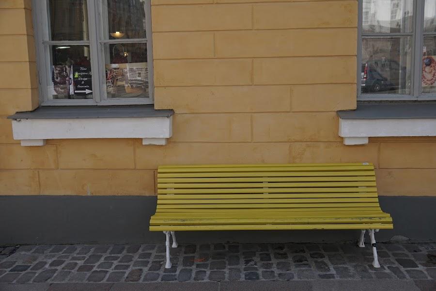 広場に面したベンチ