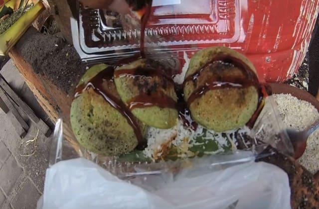 Laklak adalah serabi versi Bali, tapi rasasanya sama sekali berbeda karena disiram kuah kental gula merah