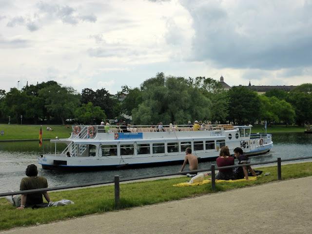 Touristenschiff auf dem Kanal
