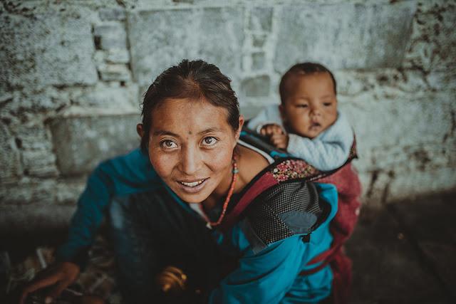 mujer porteando a su bebé a la espalda