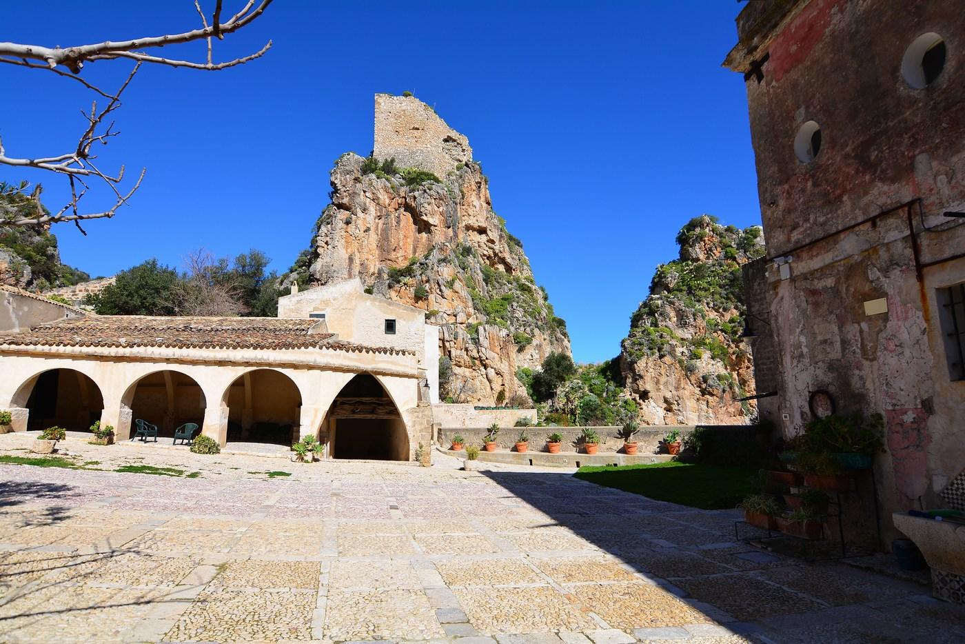 La cour est dominée par les ruines de la forteresse, remontant pour celle-ci au XVème siècle.