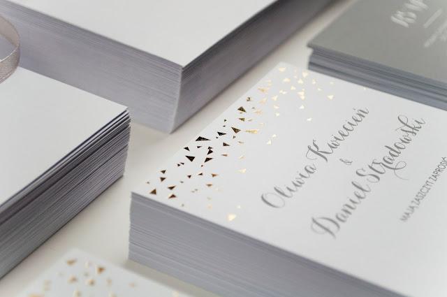 Zaproszenia ślubne zdobione delikatnym, złotym, geometrycznym wzorem od Cartolina.