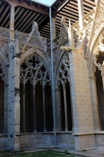 Una primera intervención en el claustro de la catedral de Pamplona reconstruyó bajantes y canalones separados de la piedra