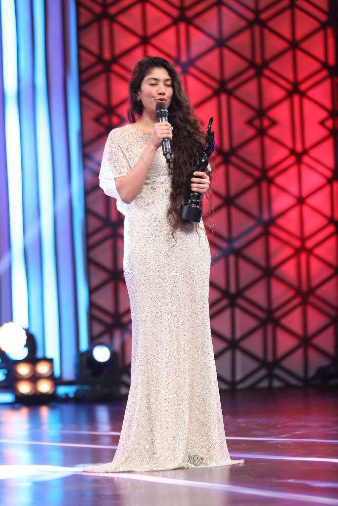Sai Pallavi Photos At Filmfare Awards 2016 In White Dress