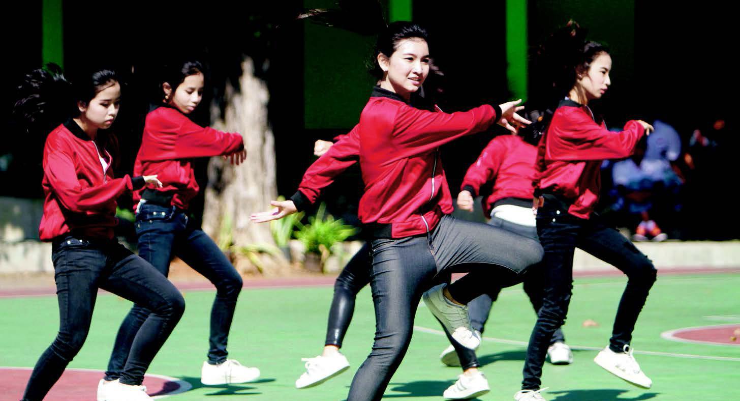eskul siswi SMA Seksi dan Cantik keren  jepang mengibaskan rok dancer