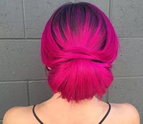 model rambut wanita pendek warna merah sanggul