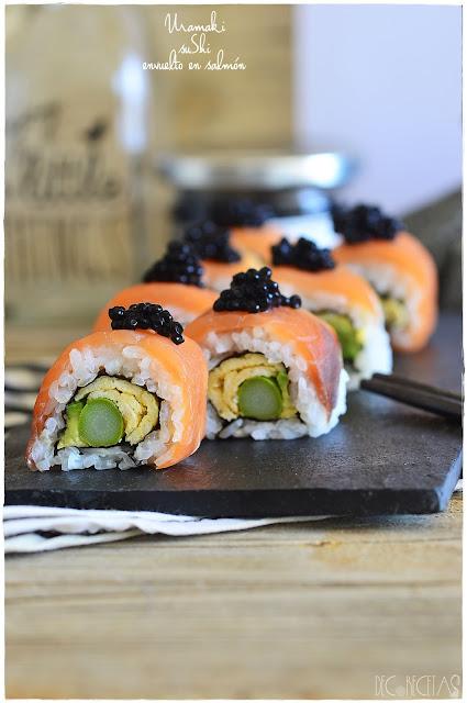Urumaki sushi envuelto en salmón