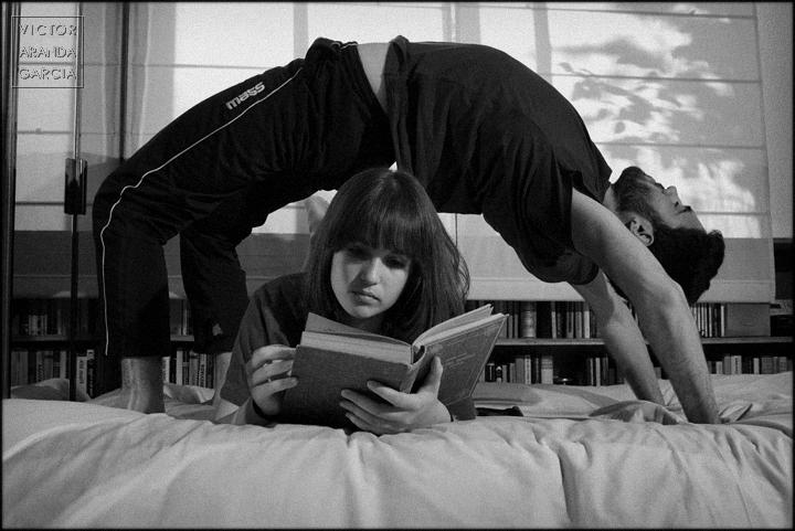 fotografía, retrato, estudio, pareja, Valencia, arco, puente, libro, lectura, rutina