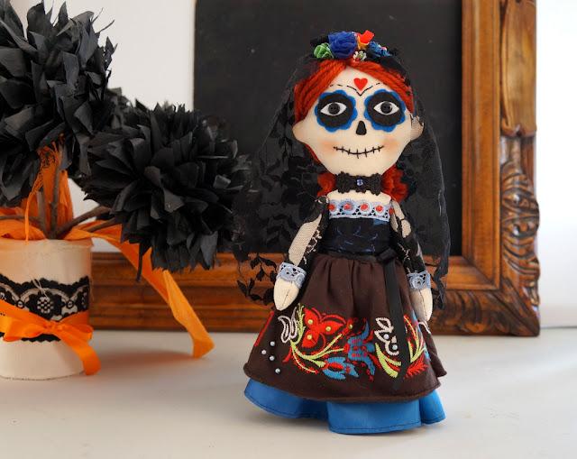 Muñeca de trapo La Catrina mexicana pelirroja y colorida, día de los muertos.