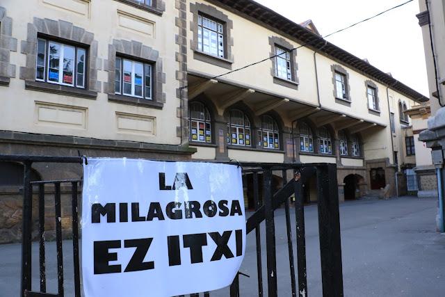 Carteles contra el cierre del colegio La Milagrosa