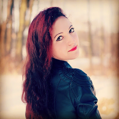 19.01.2016 Sesja zimowa, beżowa sukienka z falbankami na jedno ramię czarne obramowania, dziurawe rajstopy, skórzana kurtka ramoneska czarna, czarne szpilki, czarne botki
