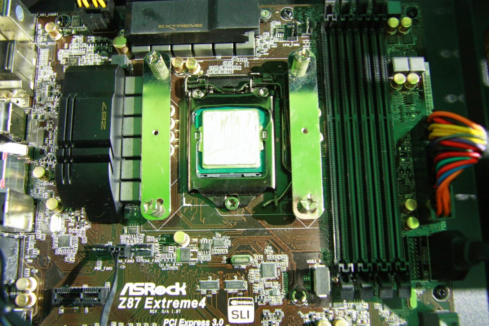 Mostki obok procesora przytwierdzone do backplateu