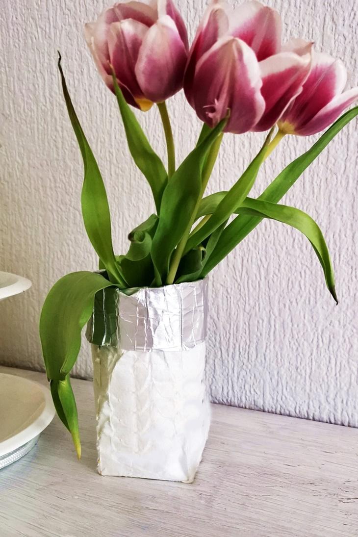 Weiße Tetrapack Vase mit rosa Tulpen