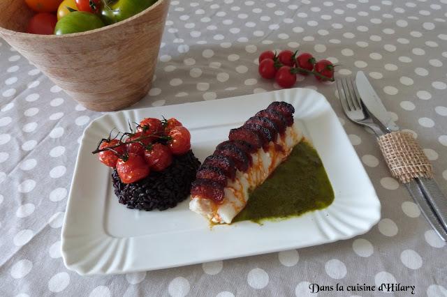 Cabillaud en écailles de chorizo et sa sauce verte au persil, riz noir et tomates cerises confites