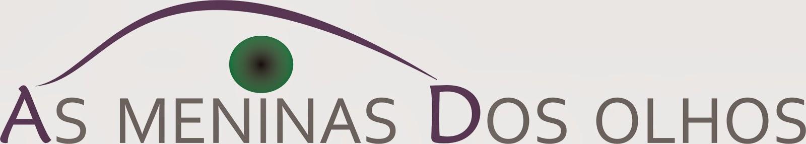 Descrição do logotipo de As Meninas dos Olhos: escrito na cor cinza. A letra A inicial e a letra D estão destacadas em lilás. Acima da letra i, uma íris em tom verde com pupila preta. Um delicado traço lilás une as letras A e D e forma uma ponte com aspecto de uma pálpebra estilizada.
