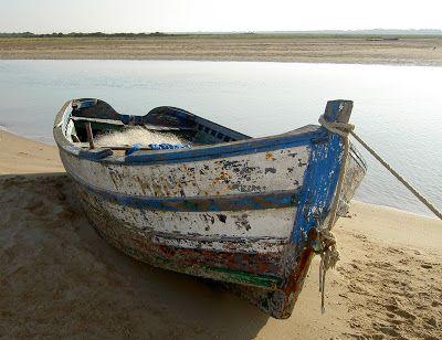 Bote viejo en la orilla del mar