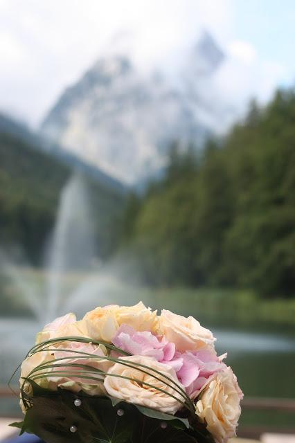 Sommerbrautstrauß Peach, Apricot, Rosé - Vintage-Hochzeit im Sommer im Riessersee Hotel Garmisch-Partenkirchen, Bayern - Vintage wedding in Germany, Bavaria, lake & mountains