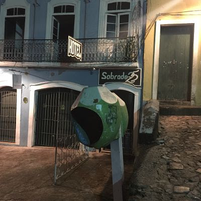 Pelourinho. Salvador de Baia. Cabina de teléfono y tienda Sobrado