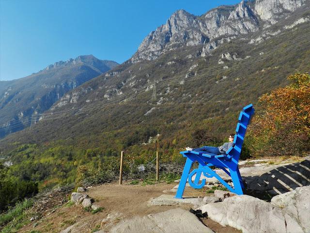 Panchina Gigante Blu a Rogno