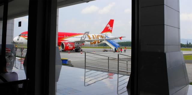 Pemandangan Indah Pesawat Air Asia di Bandara Adisucipto Yogyakarta