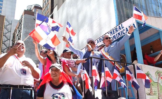Castillo desfila junto a la actriz Dascha Polanco y resalta dignidad y patriotismo de los dominicanos