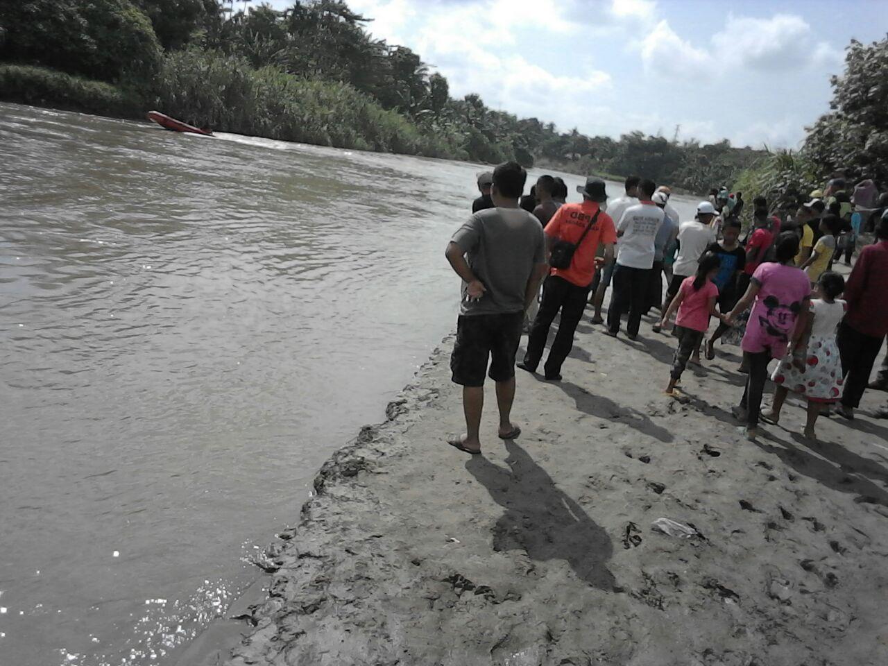 Petugas BPBD Asahan bersama sejumlah warga ikut mencari bocah yang tenggelam di Sungai Silau.