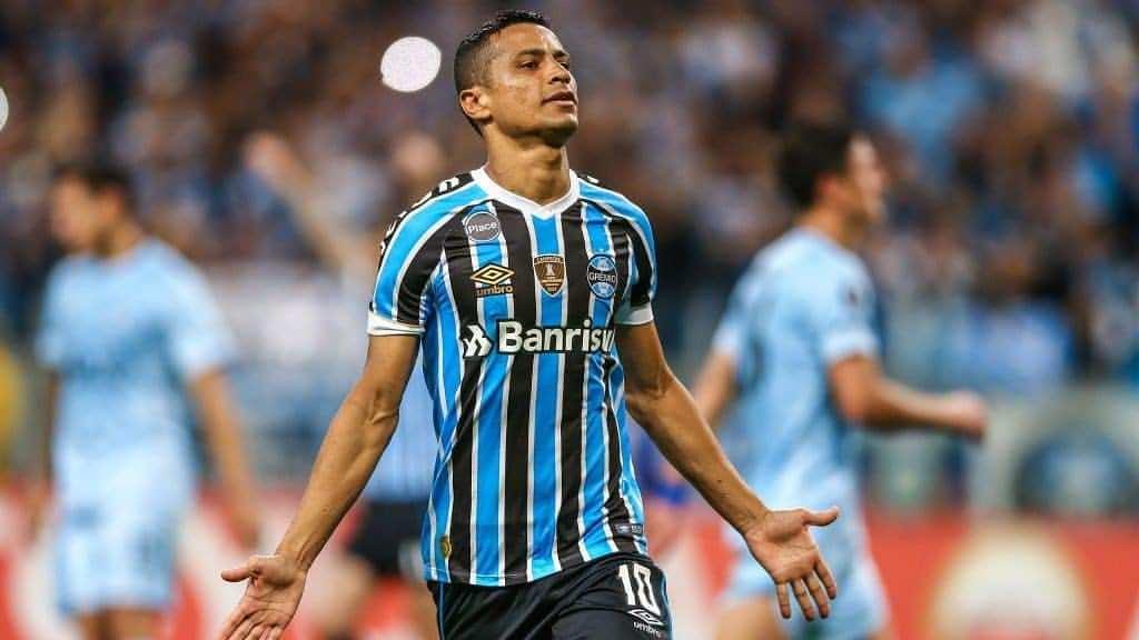 O Botafogo acertou a contratação do meia Cícero que disputou as duas  últimas temporada pelo Grêmio. O jogador de 34 anos assina contrato até  dezembro. b40bcc074cd7f