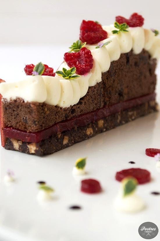 Receta de postre en plato de Cake de Chocolate con Frambuesas y Tomillo Limón