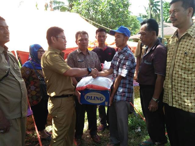 Kepala Dinas Pertanakhut Padang Pariaman Serahkan Bantuan Untuk Korban Banjir Di Surantiah Lubuk Alung