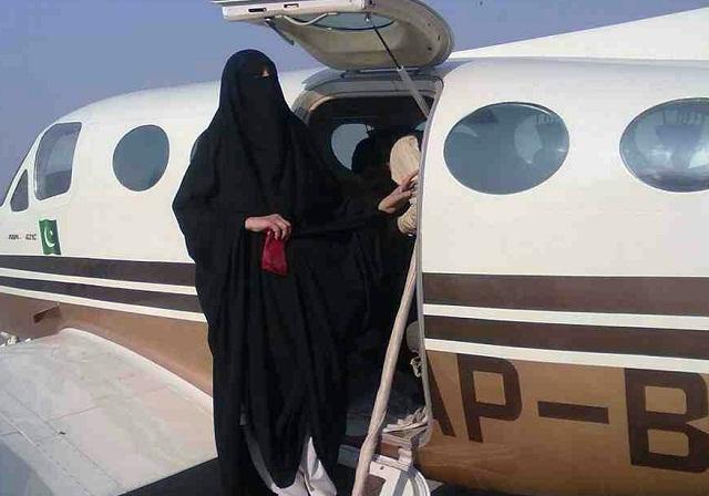 photo kisah nyata muslimah bercadar mendiamkan anak kecil yang menangis di dalam pesawat dengan doa dan salawat