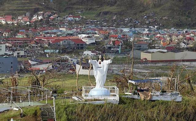 Imagem do Sagrado Coração de Jesus intacta na cidade de Tanawan,  nas Filipinas após a passagem do tufão Haiyan