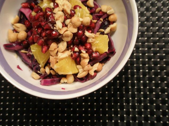 frk. sveske: lun rødkålssalat med appelsin, granatæble & peanuts