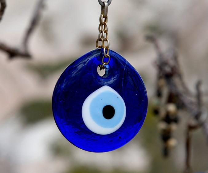 Ce symbole turc se trouve partout, et sous toute forme. N hésitez pas à en  faire le plein, il pourra vous protéger en cas de mauvais sort. 196c90e3fdc