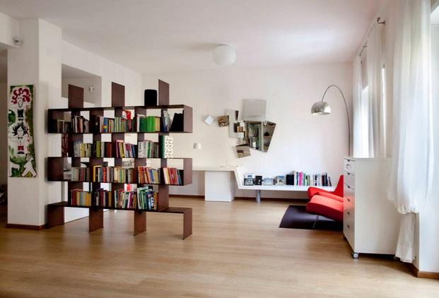 Biblioteca que divide espacios