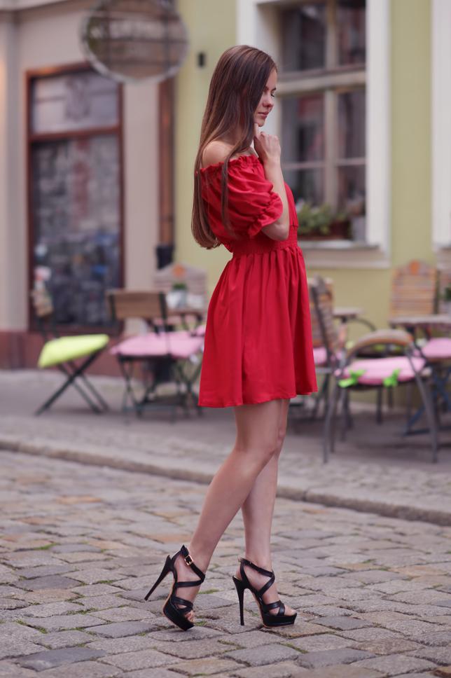 Ariadna Majewska  Czerwona%2Bsukienka%2Bczarne%2Bsanda%25C5%2582y