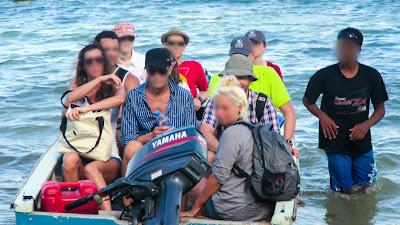 Vollbesetztes Boot auf den Seychellen