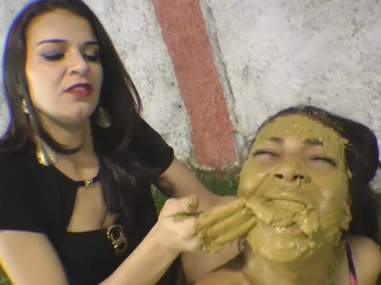 Bizarro mulher cagando na boca da outra gostosa - Cnn