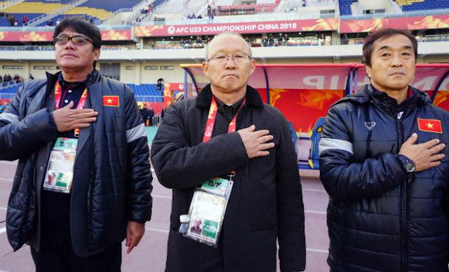HLV Park Hang Seo chỉ đạo như Sir Alex, cãi nhau tay đôi với HLV Úc 1