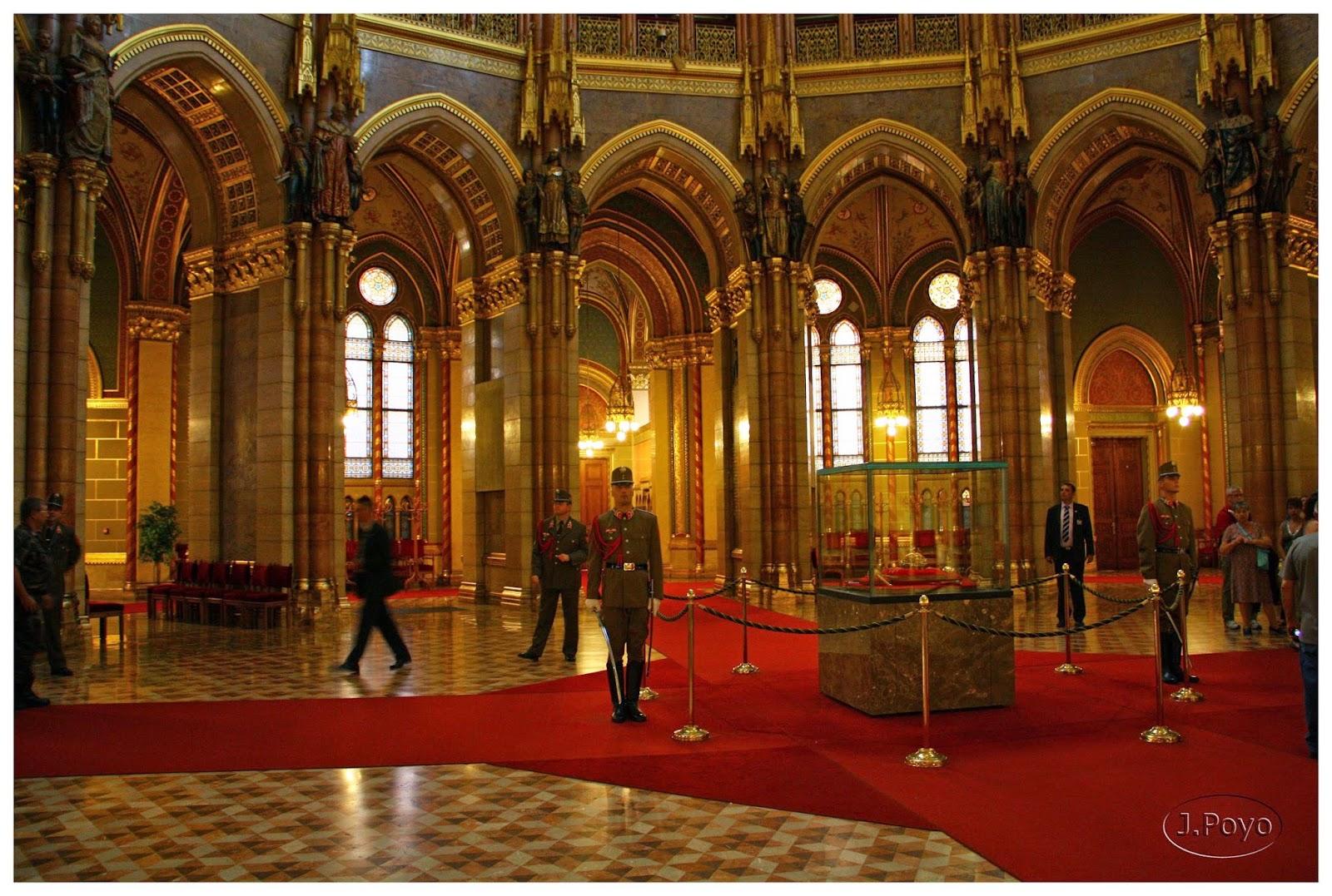 Guardias custodiando las joyas de San Esteban del parlamento de Budapest